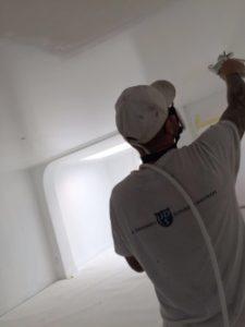 grote oppervlaktes latexspuiten; huiskamer, keuken, hal, zolder